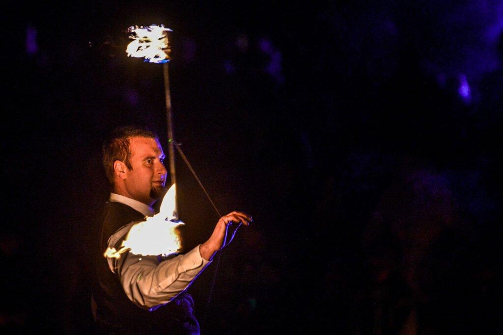elegante Feuershow in Hemd und Weste