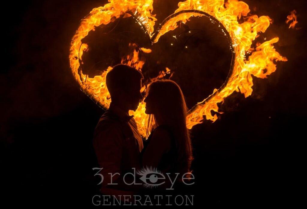 Brautpaar vor flammendem Herz