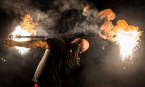 Dieses Bild zeigt einen Pyroeffekt bei einer Feuershow