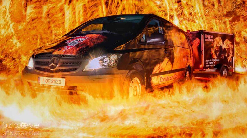 Bus für eine Feuershow in Flammen