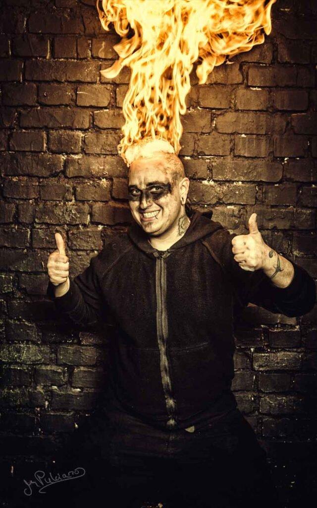 Teamleiter von Freaks on Fire mit brennenden Daumen