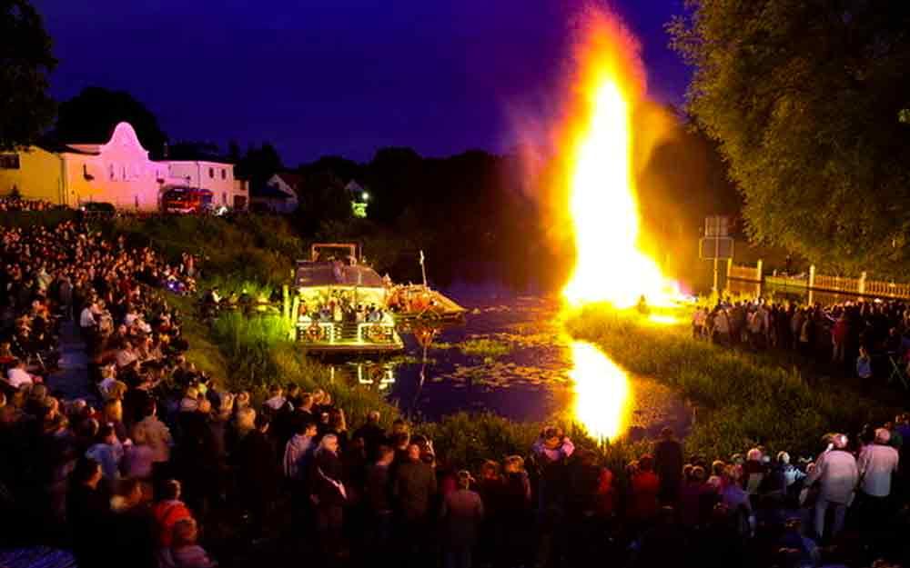 Pyrotechnik bei einer großen Walpurgisveranstaltung im Harz