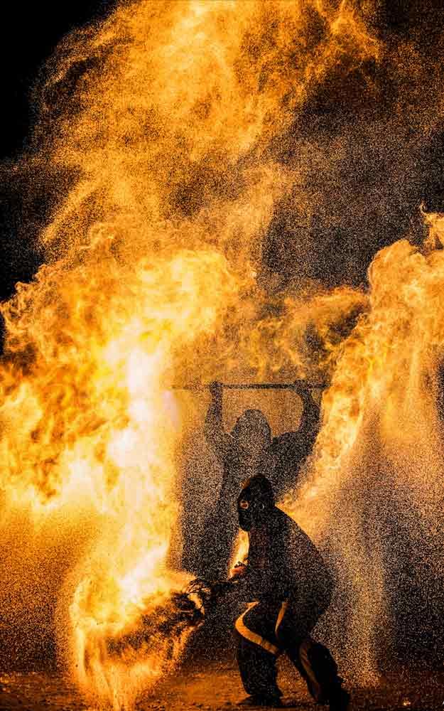 Funkeneffekte bei einer Feuershow in Aue