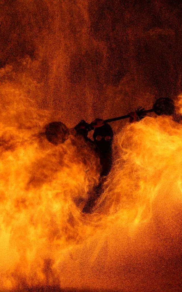 Feuershow im Harz mit brennenden Feuerkünstler