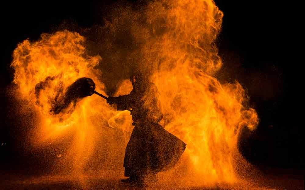 Feuershow mit Feuerkünstler als Unterhaltungsprogramm