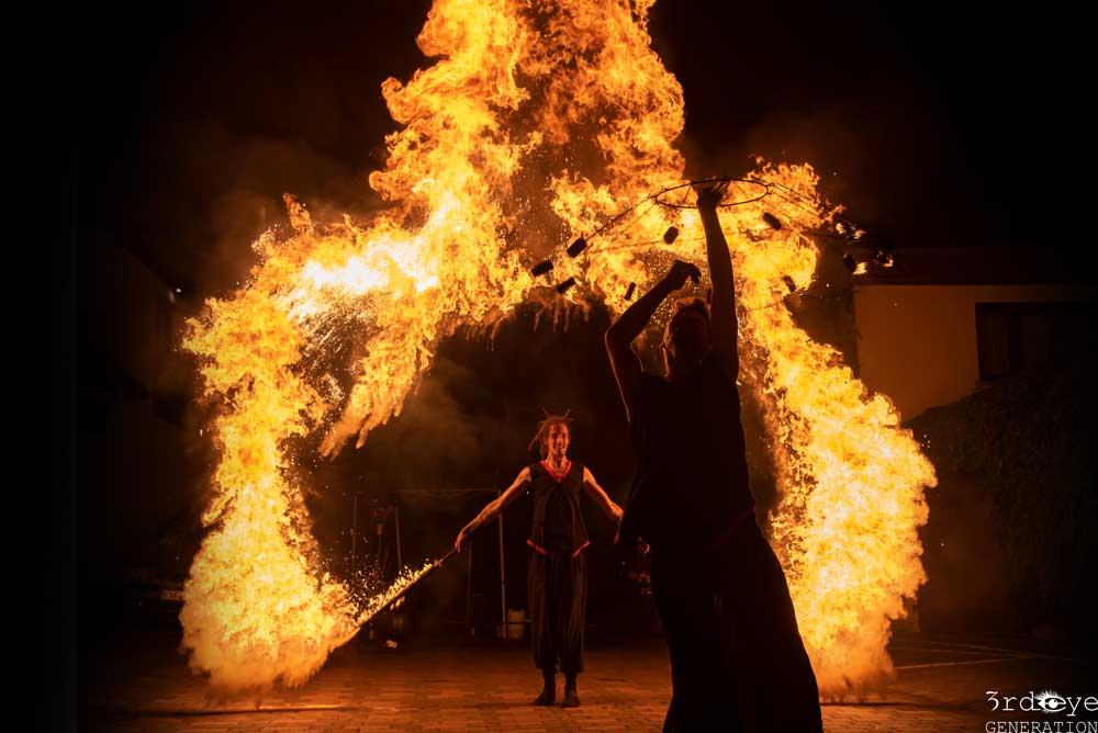 Feuershow mit Pyroeffekten und Feuerwand