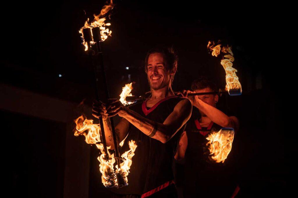 Feuerkünstler mit brennenden Feuerstab