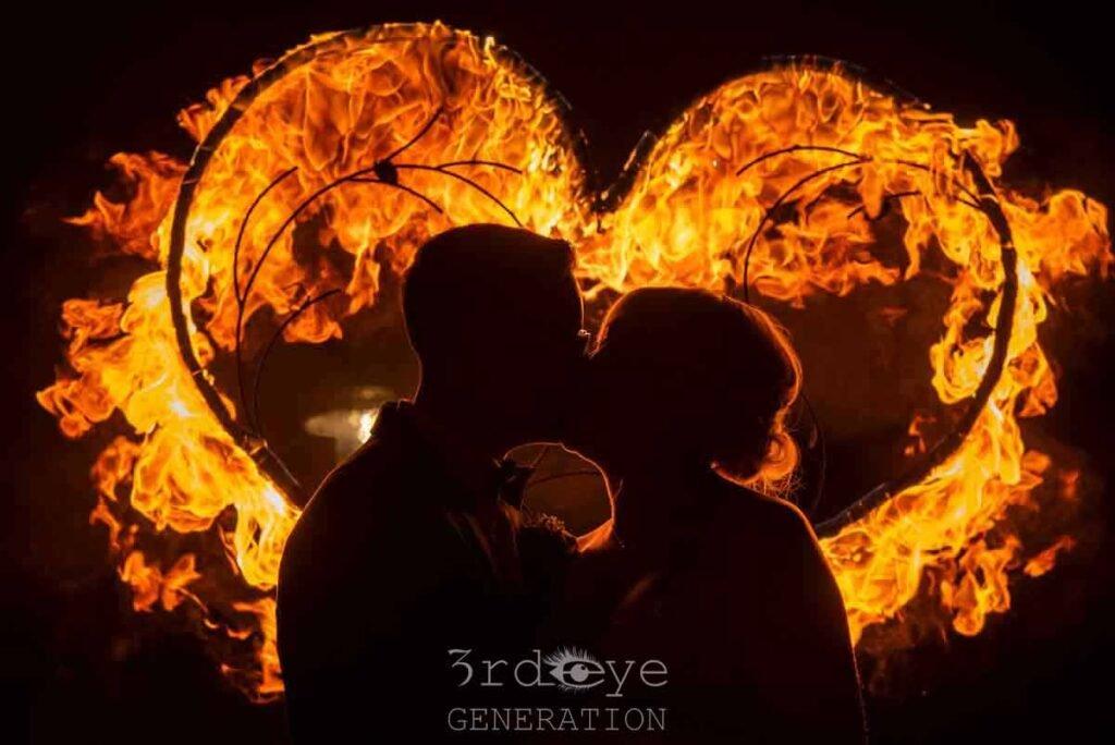 Feuerherz bei einer Feuershow mit einem Brautpaar