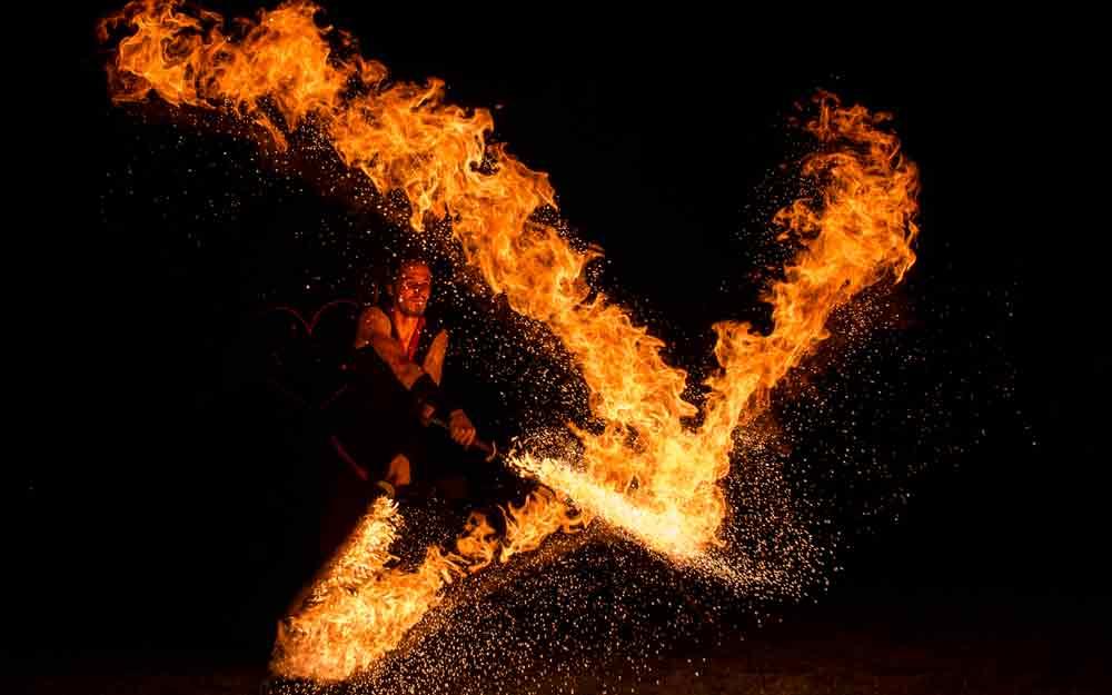 Feuerkünstler nutzt Feuereffekt mit Feuerschwert in Dresden