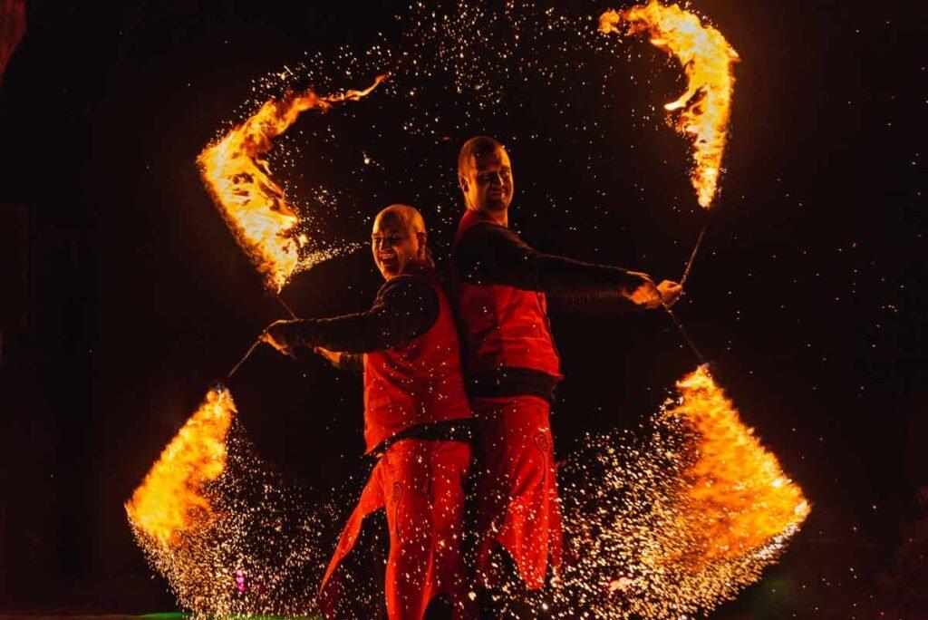 Zwei Feuerkünstler zeigen perfekte Choreographie in Sangerhausen