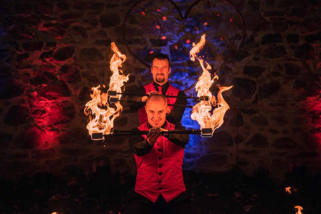 Zwei Feuerkünstler präsentieren eine rasante Choreografie