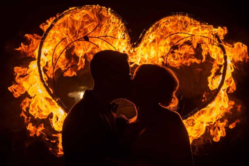 Feuerherz nach einer Feuershow für das Brautpaar