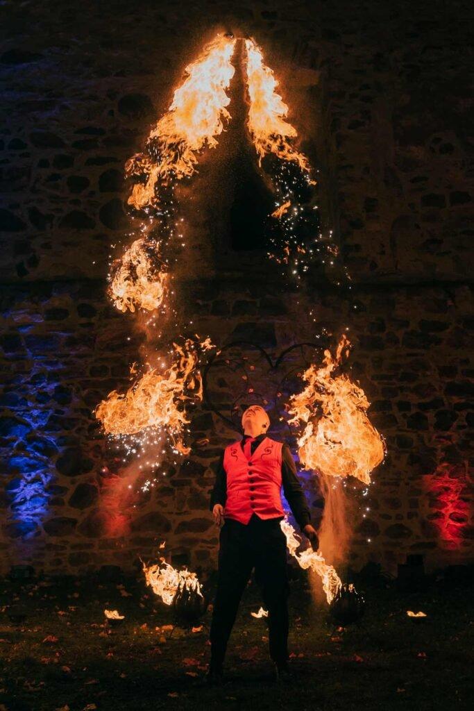 Feuerkunst hoch im Himmel mit atemberaubender Feuerjonglage