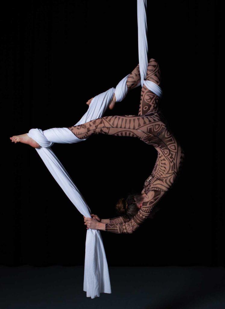 Luftakrobatin zeigt ihre Kunst am Vertikaltuch